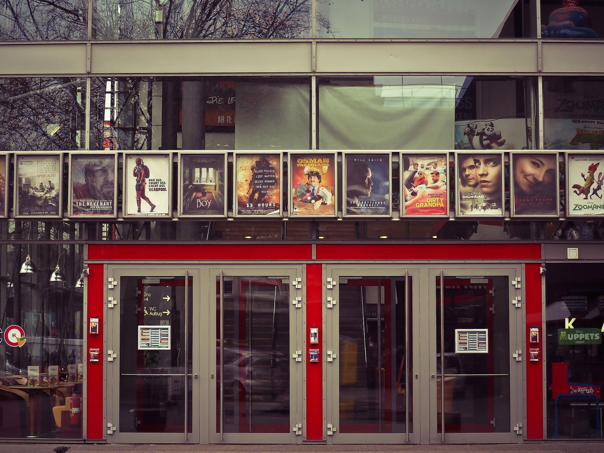 映画館の壁に並ぶポスター