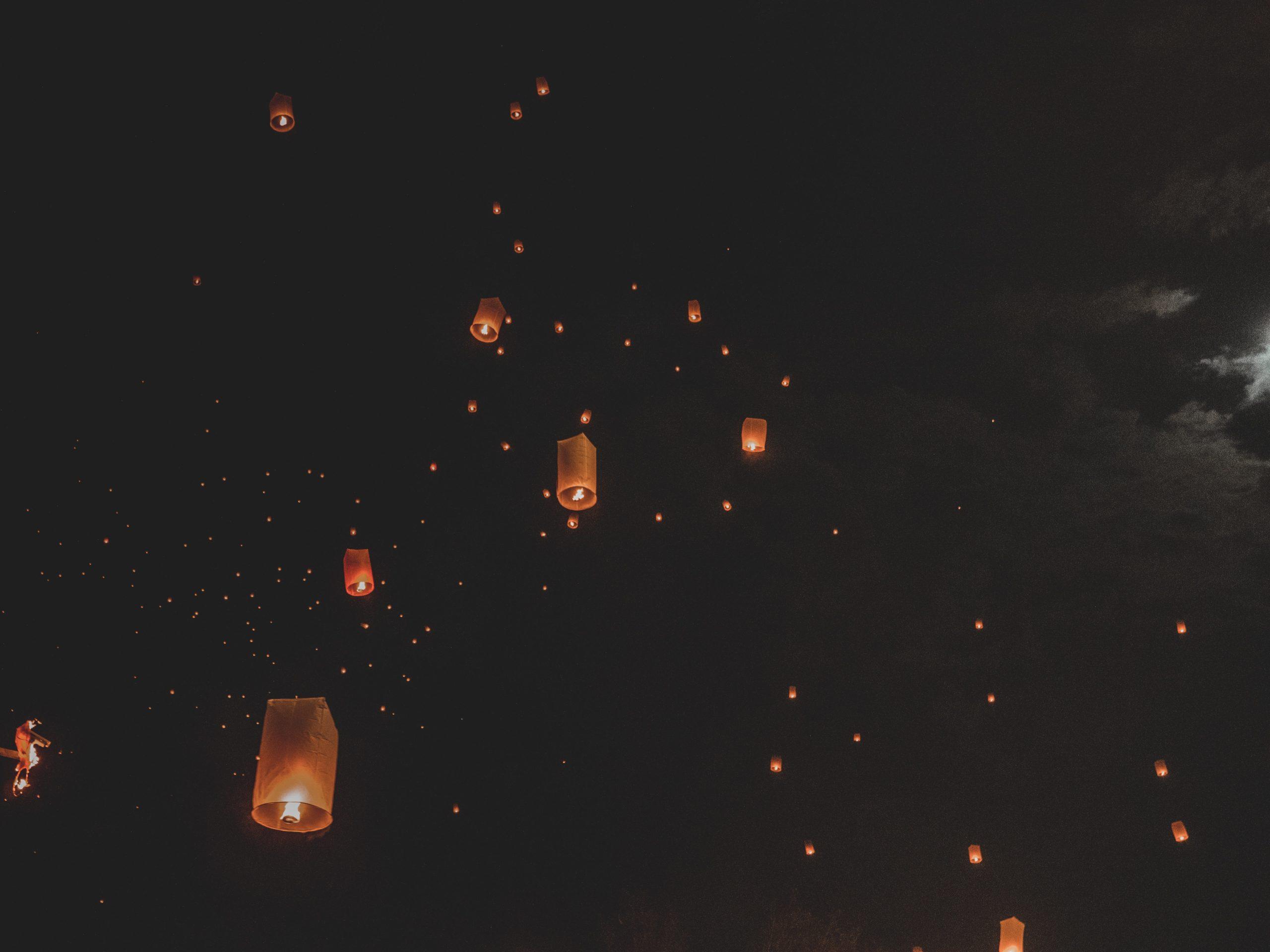 夜空に広がるスカイランタン